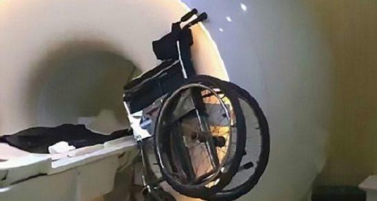 כסא גלגלים עף לתוך סורק MRI בשנחאי